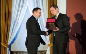 Sostinės meras Artūras Zuokas teikia 2014m geriausios moterų komandos apdovanojimą